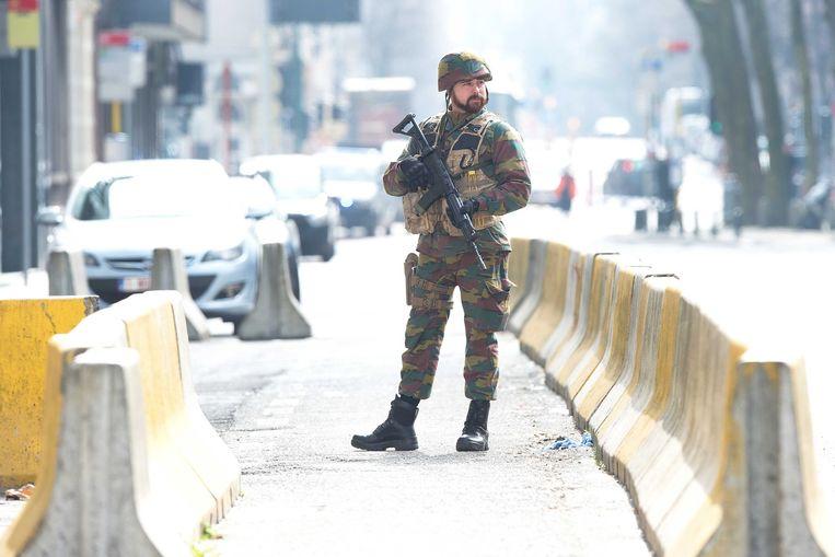 Militairen patrouilleren door het centrum van de Brussel. Beeld ANP