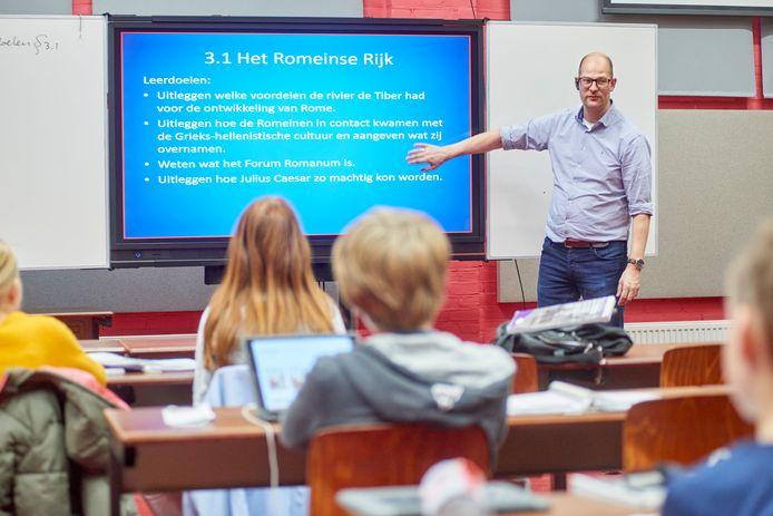 Hoogbegaafde leerlingen uit het basisonderwijs krijgen les op gymnasium Bernrode in Heeswijk.