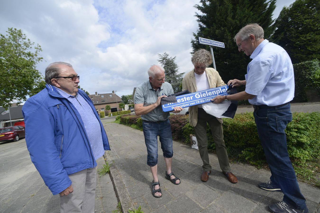 Van links naar rechts: dorpsraadvoorzitter Ad Verhagen, en actievoerders Theo Hoeks, Rini Boeijen en Leo Hoeks.