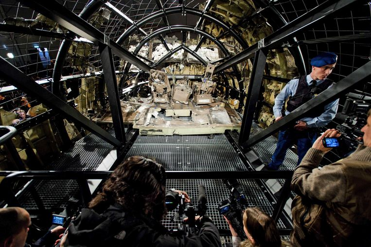 epa04976163 A view of the rebuilt cockpit section of the rebuilt fuselage of Malaysia Airlines flight MH17 during a press conference to present the report findings of the Dutch Safety Board in Gilze Rijen, The Netherlands, 13 October 2015. The Dutch Safety Board was to present its final report into the downing of Malaysia Airlines flight MH17 over eastern Ukraine last year. MH17 was on its way from Amsterdam to Kuala Lumpur when it went down in rebel-controlled territory on 17 July 2014, killing all 298 people on board.  EPA/ROBIN VAN LONKHUIJSEN Beeld EPA