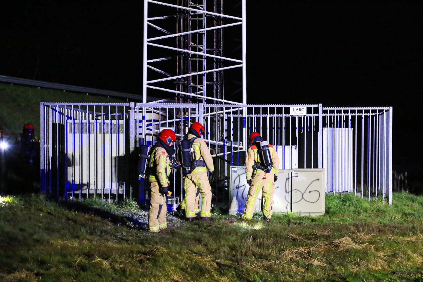 Brandweermensen hebben de brand in de telefoonmast in Liessel geblust.
