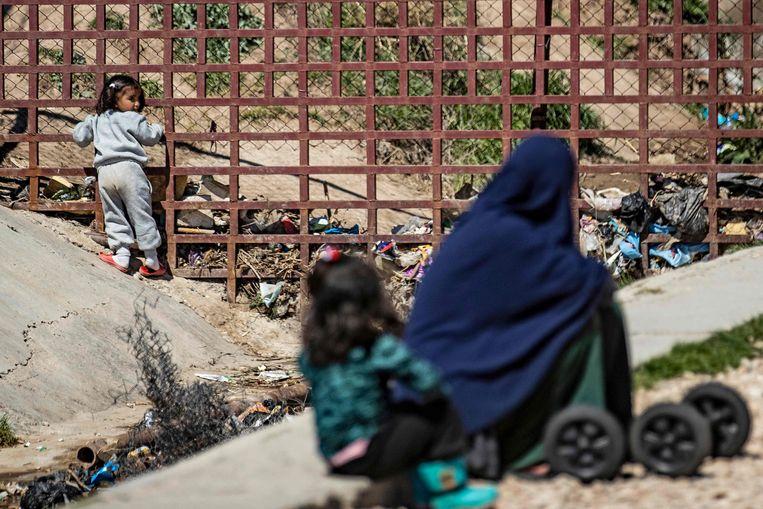 Een vrouw en kinderen in het kamp van Al Roj. Beeld AFP