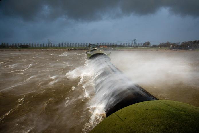 De Balgstuw in opgeblazen toestand, tijdens een eerdere storm. De kans is groot dat de waterkering vandaag ook weer in werking wordt gesteld. Foto Freddy Schinkel
