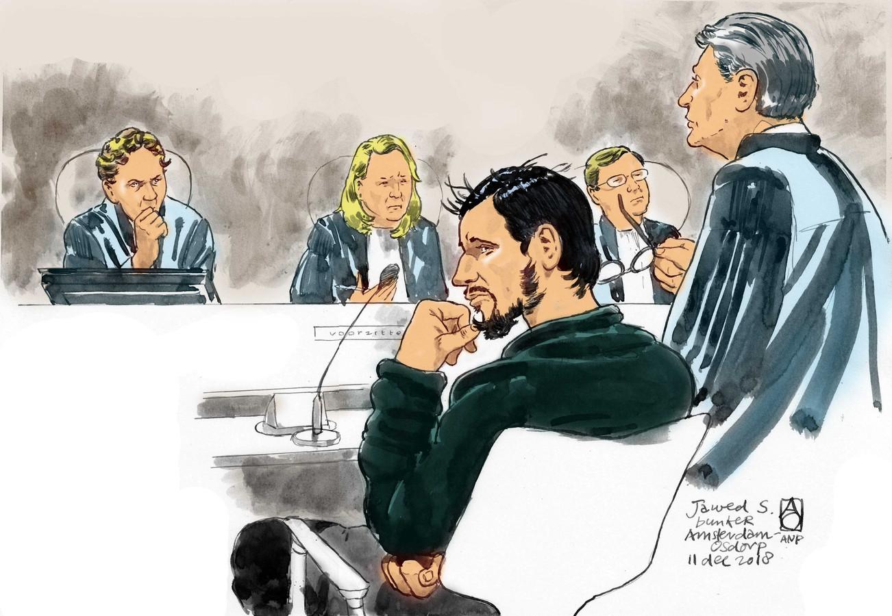 Rechtbanktekening van verdachte Jawed S. (M), zijn advocaat Simon van der Woude (R) en voorzitter mr. Eli Gabel in de rechtszaal in De Bunker.