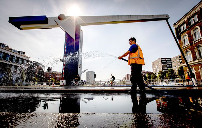 In eerdere jaren stond een medewerker de hele dag in de hitte op de Binnenhavenbrug om deze nat te houden.