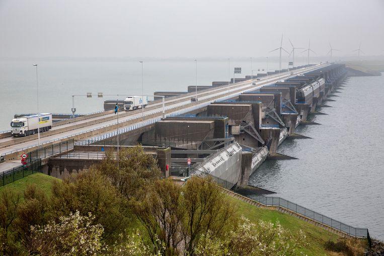 De Haringvlietsluizen gaan een paar keer per jaar open om vissen als zalm, paling en de steur door te laten zwemmen naar de Rijn.  Beeld ANP