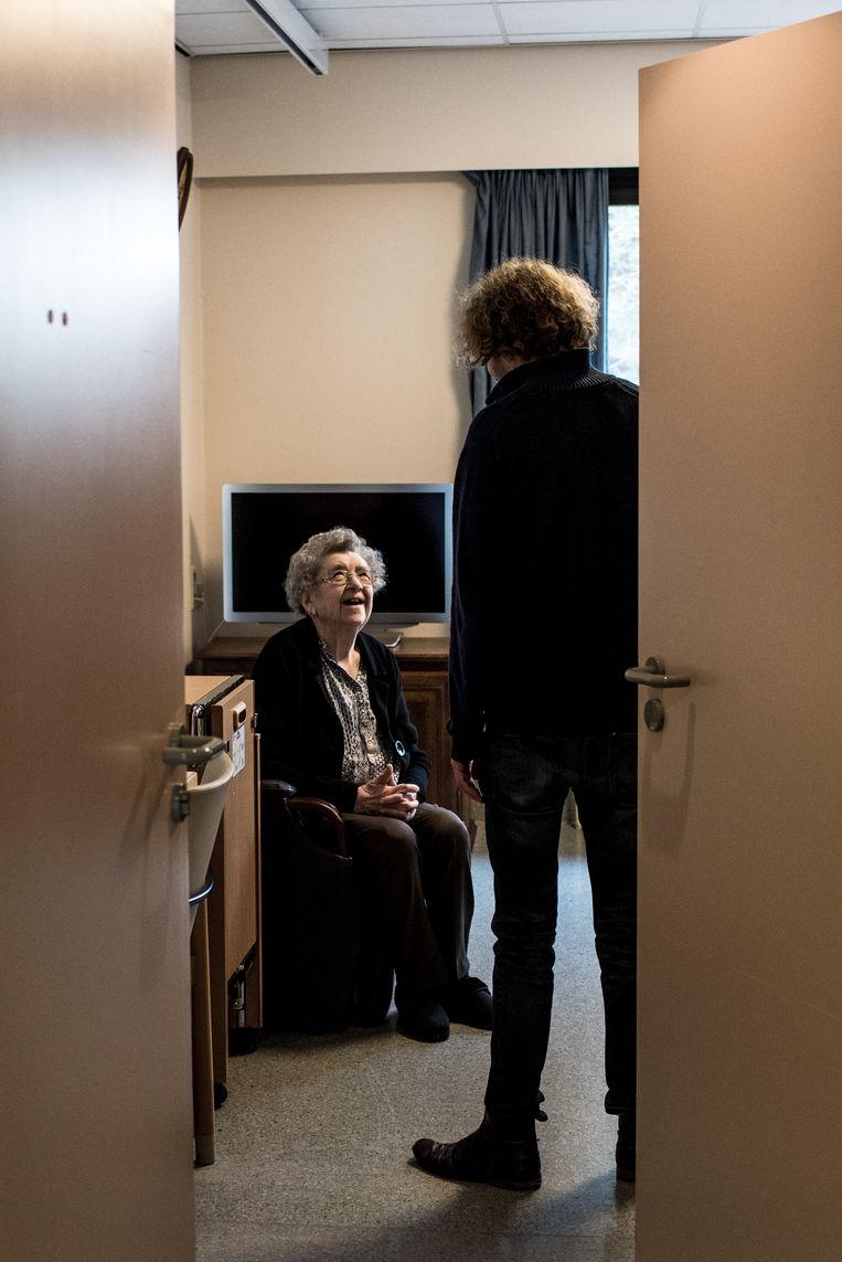 """""""Ah, Pierre"""", zegt Berta tegen Wannes Deleu, die gewoon meestapt in haar verzonnen verhaal. Beeld Tine Schoemaker"""