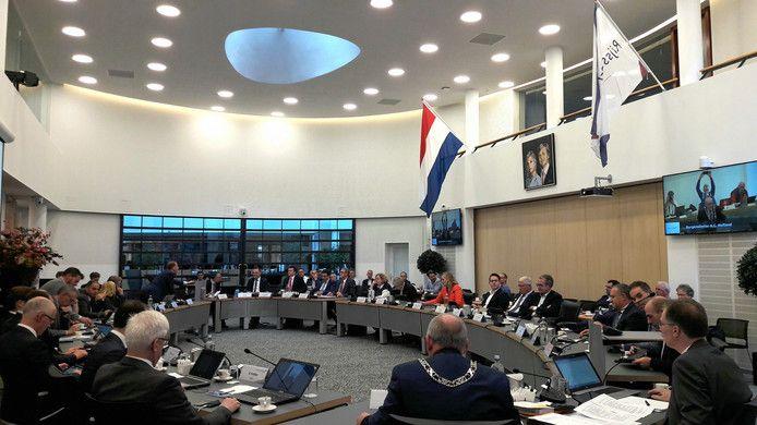 In de raadzaal van Rijssen-Holten hangt voortaan tijdens de gemeenteraadsvergaderingen de Nederlandse driekleur naast de gemeentevlag.