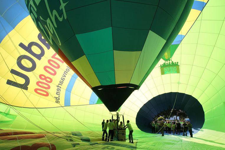 De ballon is zo groot dat een kleine standaard luchtballon er gewoon in rechtgezet kan worden.