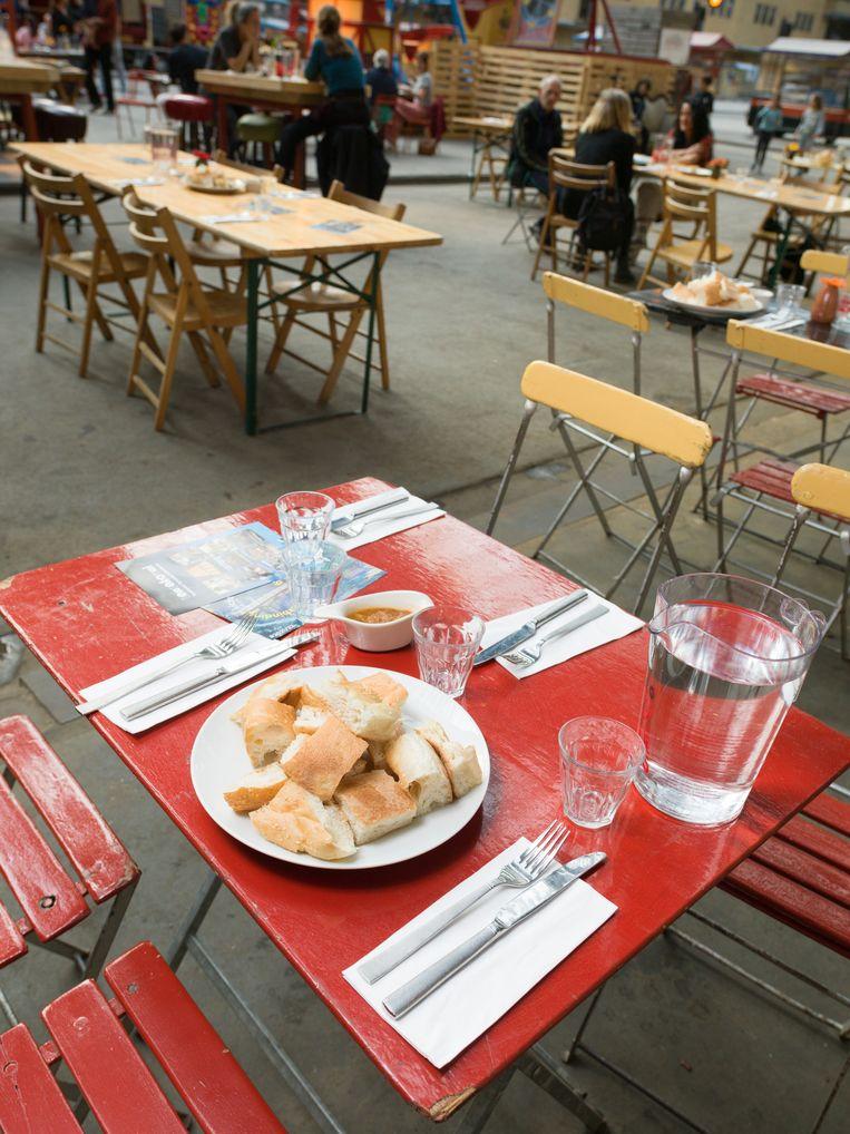 Op het terras kun je eten terwijl je naar optredens kijkt. Beeld Ivo van der Bent