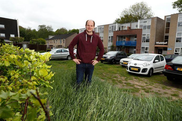Tom Reijers op de plek waar hij heel graag zijn droomhuis wil laten bouwen.