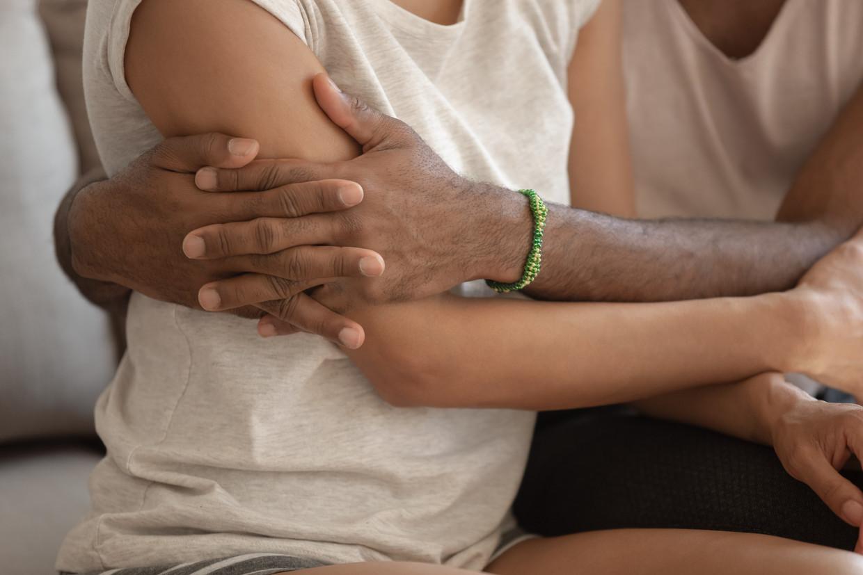 Een verbinding tussen mensen bestaat niet zonder een dialoog én niet zonder aangeraakt worden, aldus psychiater Dirk de Wachter.  Beeld Shutterstock