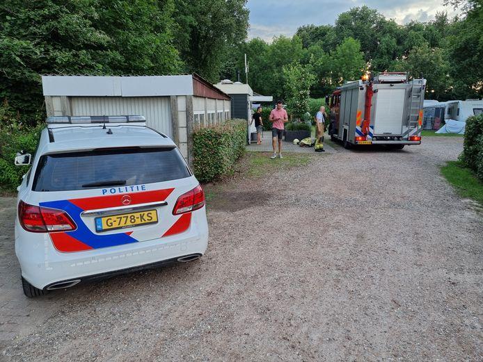 Politie, brandweer en ambulance op de camping in Aalten nadat een steekvlam voor brand zorgde in een camper.