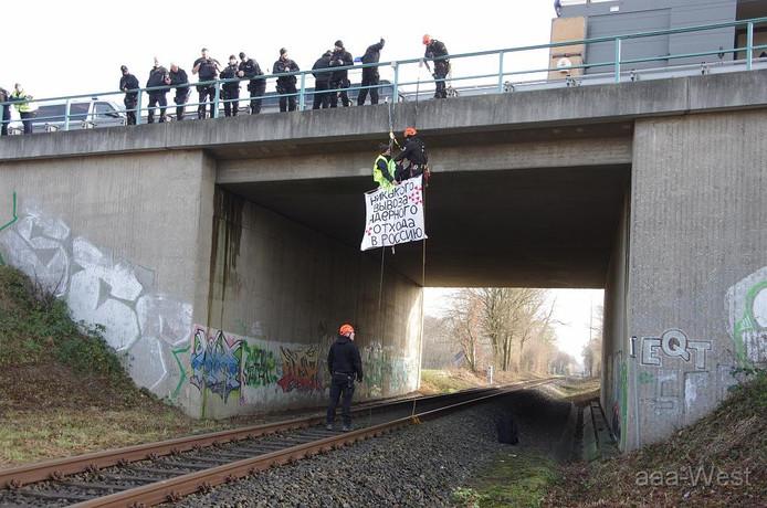 Een activist tegen het uraniumtransport hangt nabij Steinfurt boven de spoorlijn.