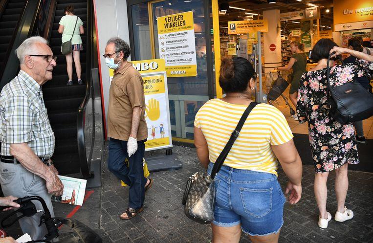 Klanten wachten om naar binnen te kunnen bij een Jumbo-supermarkt in Bergen-op-Zoom, augustus vorig jaar. Beeld Marcel van den Bergh