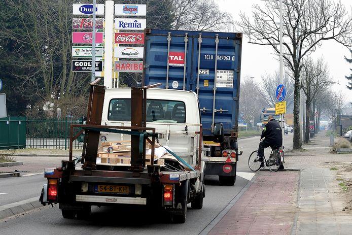 fietsers in de verdrukking met vrachtautos in leemstraat