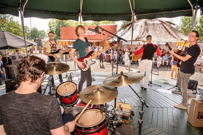 Dwayne Verheyden zorgt met zijn band voor muzikaal vermaak.