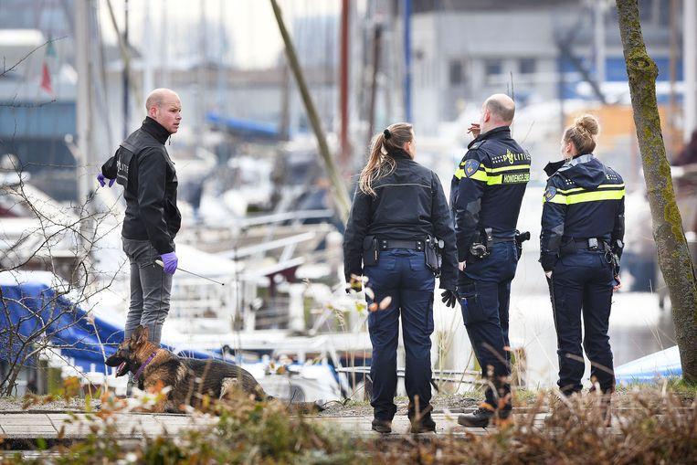 Politie doet sporenonderzoek nabij de vluchtauto die werd gebruikt bij de moord op de broer van kroongetuige B. Beeld Guus Dubbelman / de Volkskrant