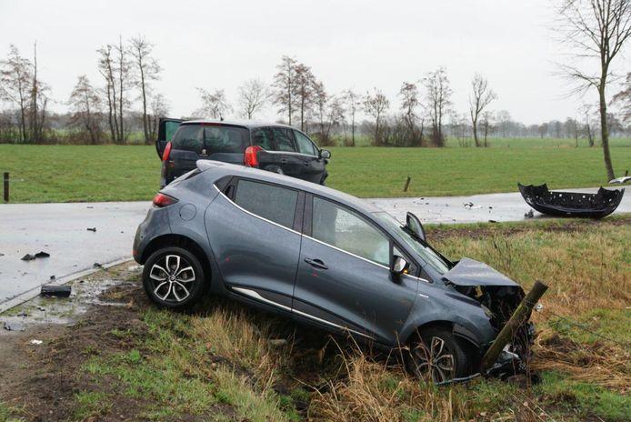 De bestuurder van de auto op de voorgrond is per ambulance naar het ziekenhuis gebracht.