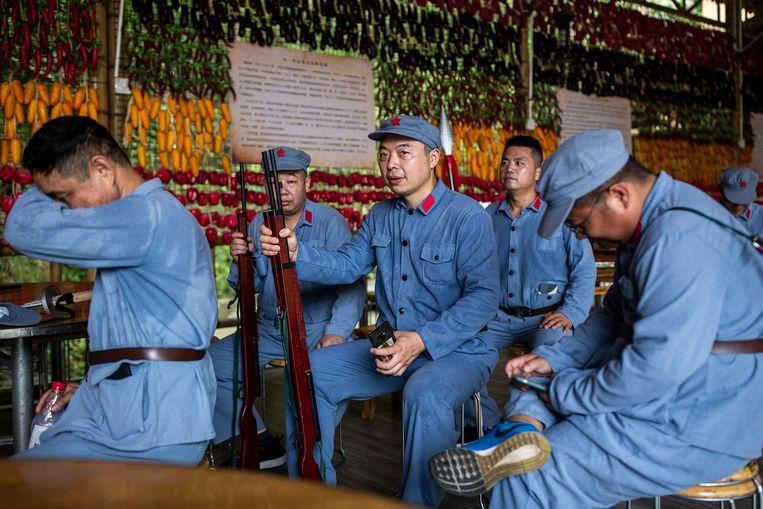 Chinezen verkleed als rode soldaat in het Lange Mars Ervaring Centrum in Yingshan, Hubei. Beeld Getty Images