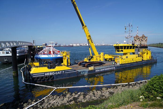 De gelekte gasolie in het Calandkanaal bij Rozenburg wordt opgeruimd