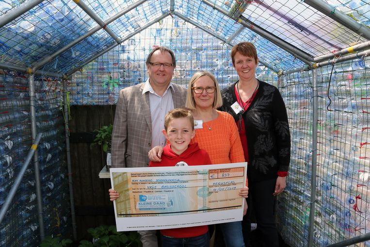 Frank Wilrycx,Lennert Michielsen (cheque),Diana Roelen & Greet Loomans in de tuinserre van petflessen.