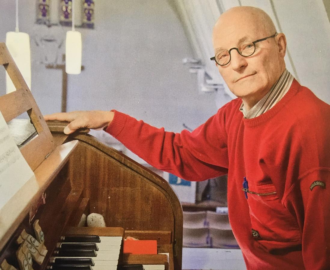 Theo Rougoor achter het orgel.