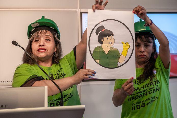 Twee leden van de Spaanse vakbond voor kamermeisjes Las Kellys stellen het keurmerk voor Eerlijk en Kwaliteitsvol werk voor.