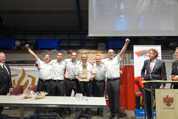 Het winnende Zutphense zestal gaat uit zijn dak na het ontvangen van de beker. Van links naar rechts Berry Wolsheumer, Nick Cornelisse, Dennis Verver, bevelvoerder Martijn van der Linde, Robin van Walsum en Martin Groot Roessink.