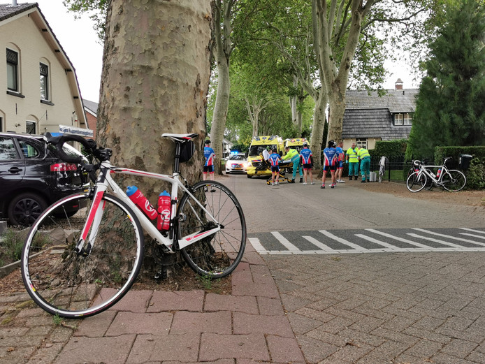 In Beek zijn drie wielrenners gewond geraakt bij een valpartij op de Sint Jansgildestraat. Ze worden naar het ziekenhuis gebracht.