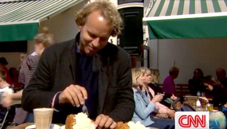 Floris Evers eet zijn appeltaart bij Winkel, tijdens de reportage van CNN. Beeld CNN