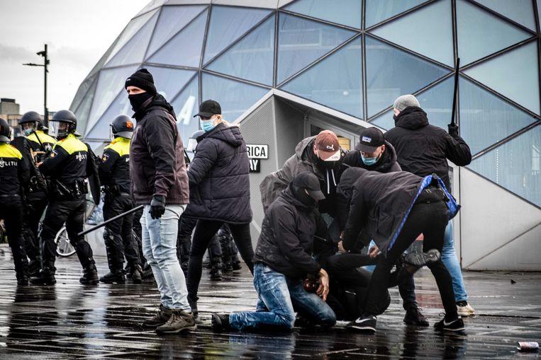 Politie in burger verwijdert demonstranten van het 18 Septemberplein in Eindhoven. Afgelopen zondag liep daar een demonstratie tegen de coronamaatregelen volledig uit de hand. Beeld ANP
