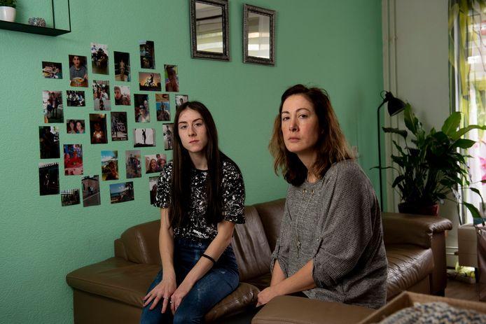 Monique van Wieringen en haar dochter Solane vorig jaar, na het verlies van zoon Justin die niet de juiste hulp kreeg.