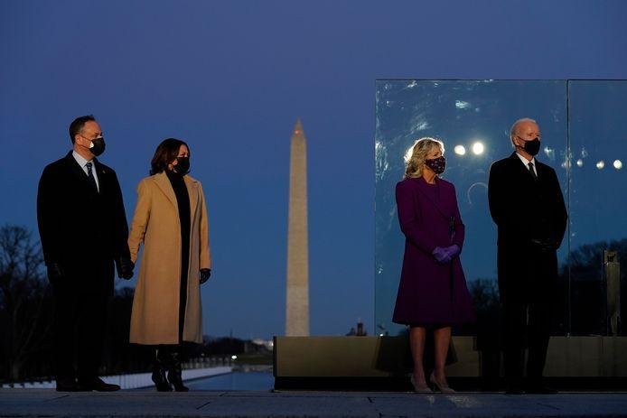 Joe en Jill Biden en Kamala Harris en haar echtgenoot Doug woonden gisteravond nabij het Witte Huis een herdenkingsplechtighheid bij ter nagedachtenis van de honderdduizenden Amerikaanse corona-overlijdens.