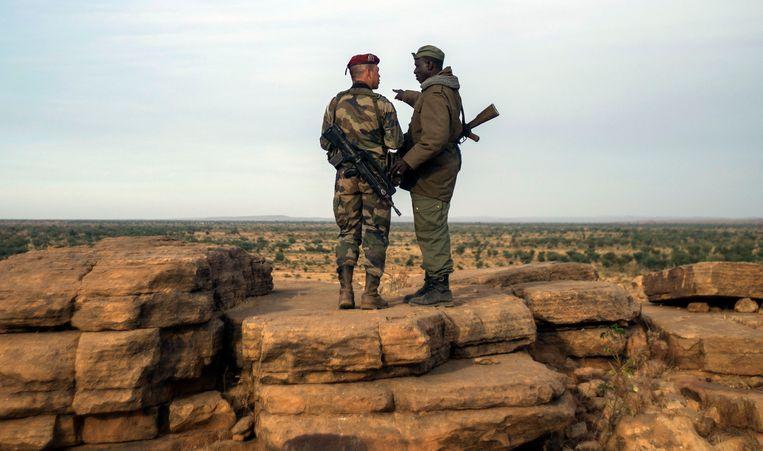 Een soldaat van het Vreemdelingenlegioen en een Malinese soldaat in de buurt van Savare. Beeld AFP