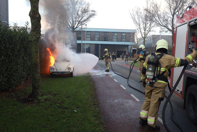 Een Volkswagen Kever stond dinsdagmiddag in Uden in brand.