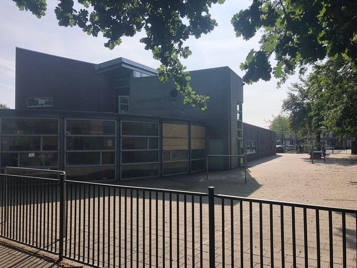 De achterkant van de John F. Kenneyschool in Oss waar vrijdagnacht een klaslokaal uitbrandde. De school heeft flinke rook- en roetschade opgelopen.