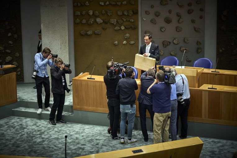 Demissionair minister Wopke Hoekstra (CDA) presenteert het koffertje met de rijksbegroting en de miljoennenota.  Beeld ANP