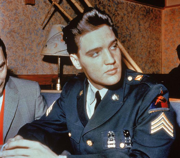 Elvis Presley in zijn militair uniform.