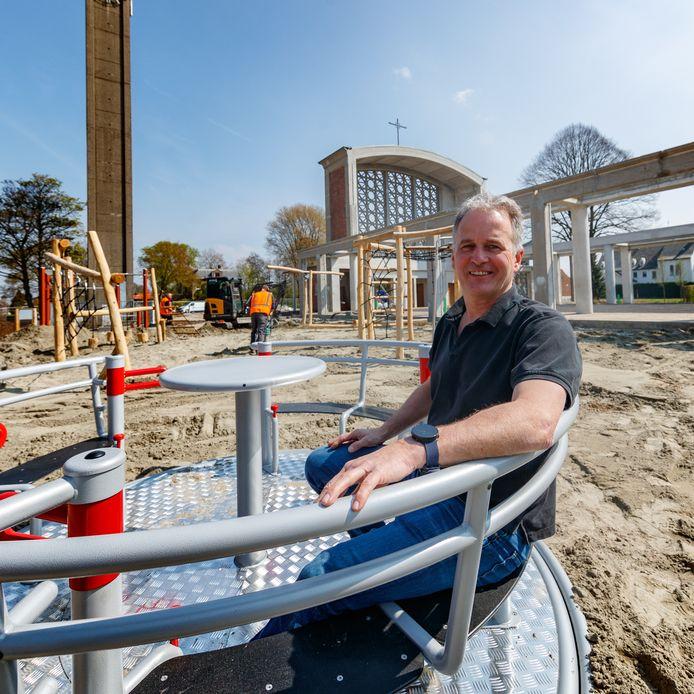 15 april 2019: hHet nieuwe dorpshart van Moerdijk krijgt steeds meer vorm. De speeltoestellen staan op hun plaats. Jan Eestermans is trots.