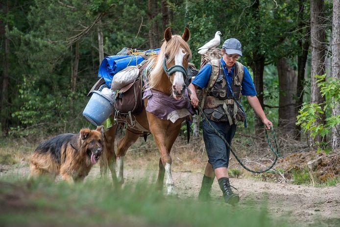Tamarinde wandelt graag met paard, hond en duif en ziet wel waar ze uitkomt. Hier op de Galderse Heide.