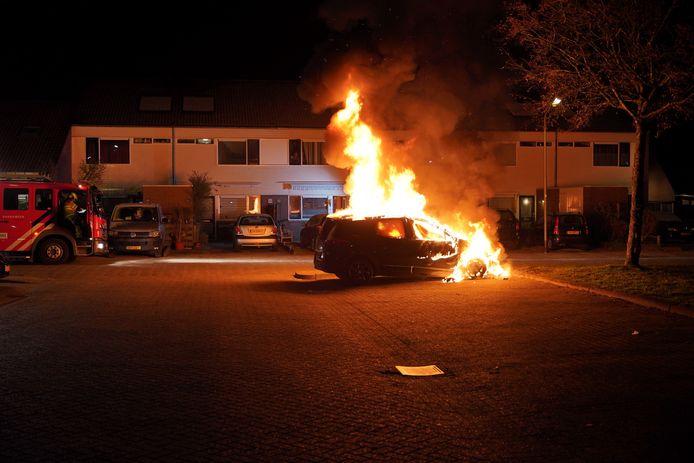 De auto in de buurt van het winkelcentrum in Dukenburg staat in brand