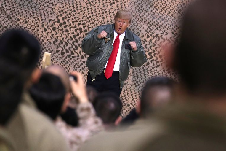 Gestoken in een vliegeniersjack, spreekt president Trump Amerikaanse soldaten toe op een luchtmachtbasis ten westen van Bagdad. Beeld REUTERS