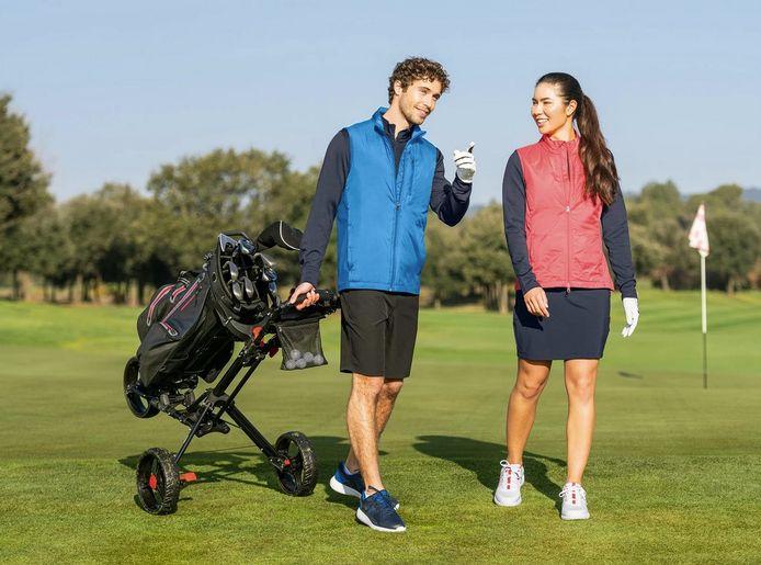 Lidl verkoopt alle golfspullen die de dame en heer op deze foto dragen, net als de trolley en de balletjes.