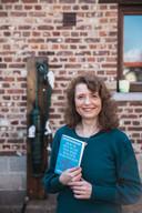 Aleksandra met haar boek, 'hoe ik het plan van mijn moeder saboteerde en trouwde met een Belg'.