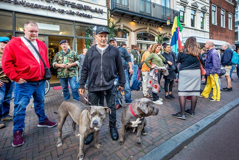 De dag na de sluiting zijn er weer demonstranten op de been bij het Utrechtse restaurant Waku Waku. Beeld Raymond Rutting / de Volkskrant