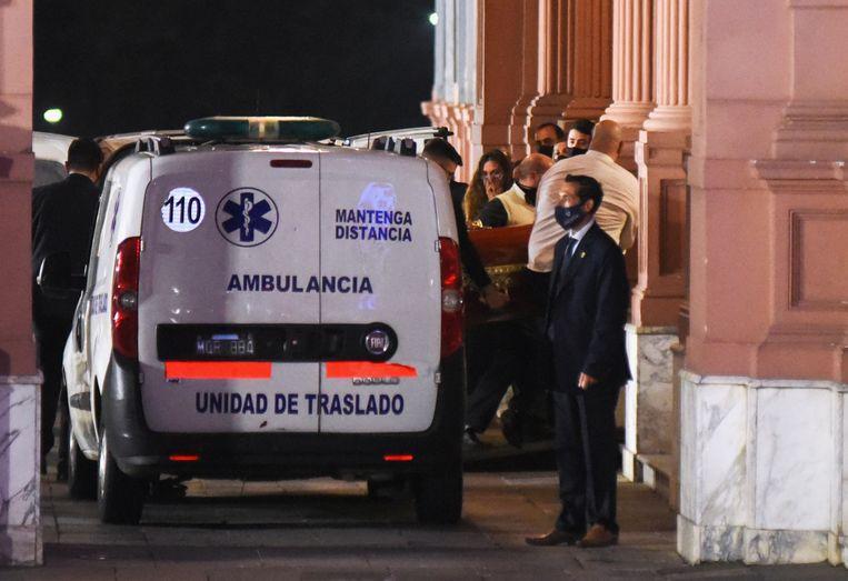 De kist met daarin het lichaam van Maradona wordt het presidentieel paleis binnengedragen.  Beeld Reuters