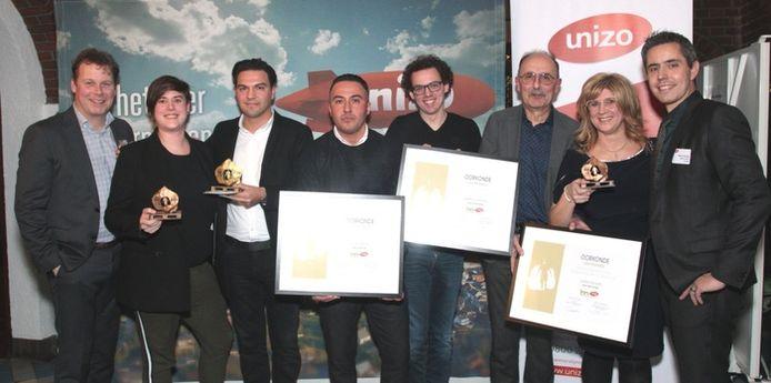 Vedat en Özgür Sarier (derde en vierde van links) nemen hun prijs in ontvangst. Myrthe Vranken (links) nam kreeg de startersprijs.