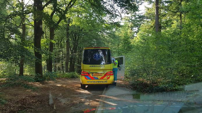 Een ambulance ter plaatse voor een gewonde mountainbiker in de bossen bij Amerongen.