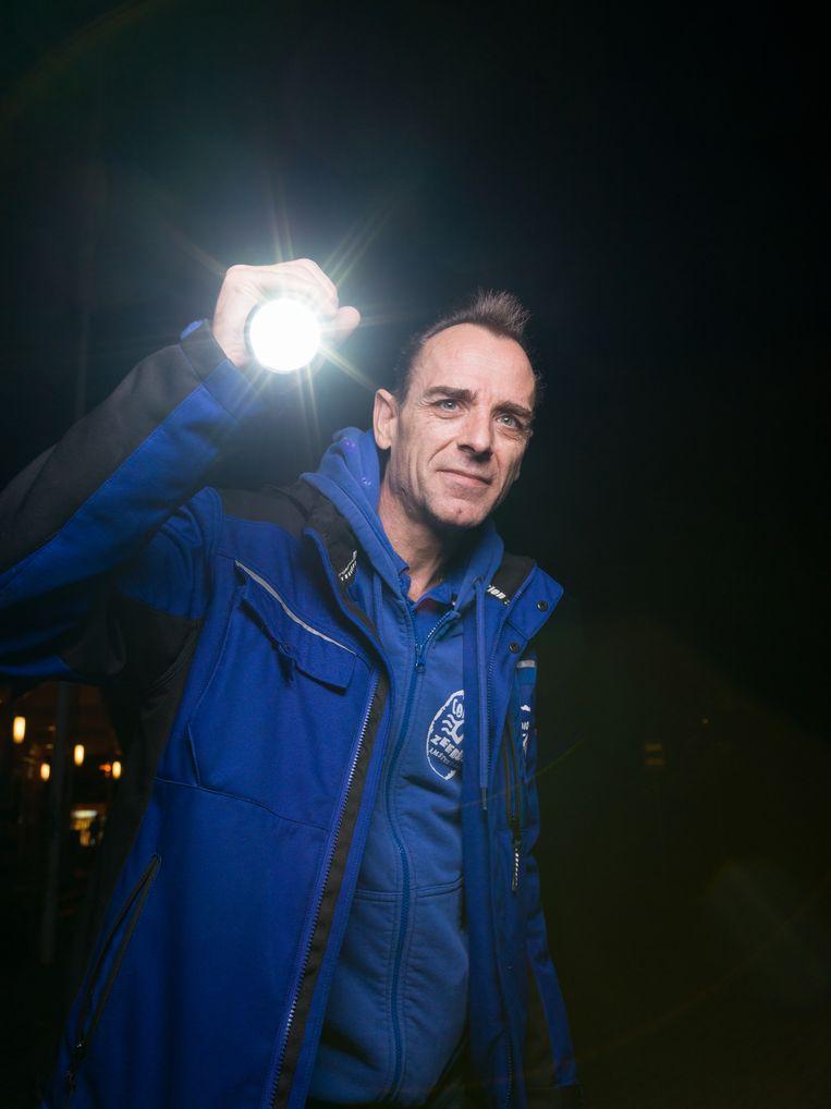 """Edwin van Nieuwenhuijse: """"Ik ben gastheer, behandel reserveringen en check-ins, beveilig de camping, bewaar de orde, verleen medische hulp en los problemen op. Kortom, het hele pakket."""" Beeld Ivo van der Bent"""